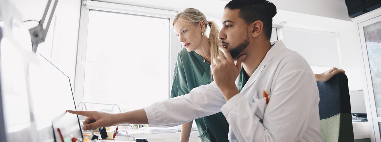 Ärzte schauen auf einen Bildschirm