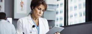 Ärztin liest Nachrichten
